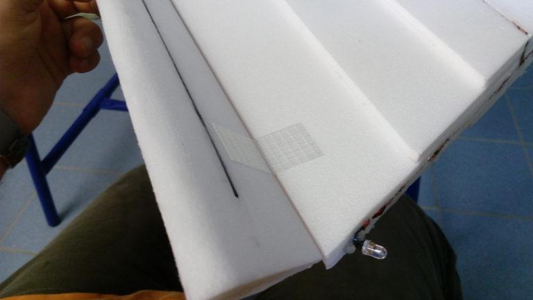Ruder mit Scharnierband an den Flügel kleben. Darauf achten, dass sich das Ruder gut bewegen kann